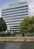 En stor kontorsbyggnad Royaltyfri Bild