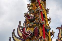 En stor kremeringtorn` bjöd ` bärs till och med gatorna av Ubud, Bali fotografering för bildbyråer
