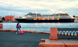 En stor kryssningeyeliner på porten i St Petersburg Arkivfoton