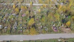 En stor kyrkogård i Ryssland arkivfilmer