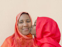 En stor kyss på mammas kind! Royaltyfri Bild