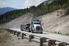 En stor lastbil near fega alaska Arkivbilder