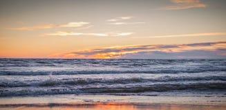 En stor ljus källa på solnedgången Arkivfoto