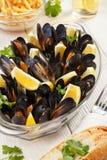 En stor maträtt med musslor och citronen Royaltyfri Fotografi