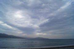 En stor molnig himmel ovanför en havsfjärd under en stillhet Royaltyfri Foto