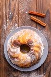 En stor muffin med kanelbruna pinnar på en träyttersida royaltyfri foto