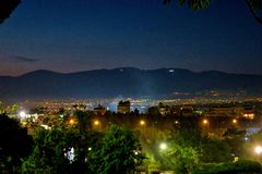 En stor nattstad i Europa tände vid lyktor arkivbild