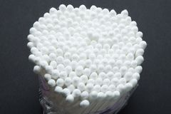 En stor packe av vita bomullspinnar, närbild royaltyfria foton