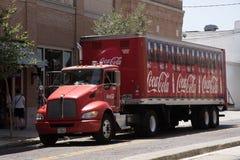 En stor röd leveranslastbil Royaltyfri Foto