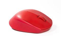 En stor röd trådlös optisk mus som isoleras på vit bakgrund Arkivfoto