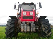 En stor röd traktor arkivfoton