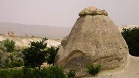 En stor runda vaggar bildande i bergig terräng stock video