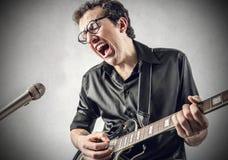En stor sångare och gitarrist royaltyfria foton