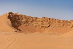 En stor sanddyn som ut grävas för ny utveckling royaltyfria foton
