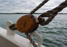 En stor segelbåt och detaljer av riggning Royaltyfria Bilder