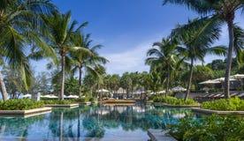 En stor simbassäng på en semesterort i Phuket, Thailand Arkivbilder
