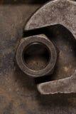 En stor skiftnyckel och mutter Garagehjälpmedel Arkivfoton