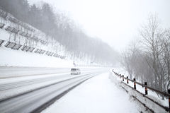 En stor snöstorm på snöbergområde i Hokkaido, Japan Arkivfoto