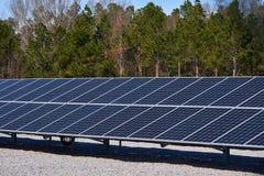 En stor solpanel som används för samling av solenergi Royaltyfri Bild
