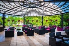 En stor terrass med tabeller och bänkar för vilar Royaltyfri Fotografi