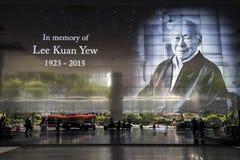En stor TVskärm av den sena herr Lee Kuan Yew royaltyfria foton