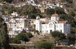 En stor vit målad kyrka i Grekland Royaltyfri Fotografi