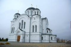 En stor vit stenkyrka med ett Golden Dome och en klocka i Eastern Europe är en kristen som är ortodox för bönerna av guden royaltyfria bilder