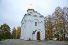 En stor vit stenkyrka med ett Golden Dome och en klocka i Eastern Europe är en kristen som är ortodox för bönerna av guden arkivbild