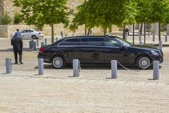 En stora Mercedes Benz sträckte limoen som parkerades utanför det Yad Vashem förintelsemuseet i Jerusalem Israel arkivfoto