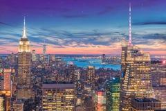 En storartad flyg- panoramautsikt av Manhattan med solnedgång royaltyfri bild