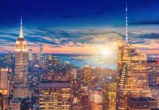 En storartad flyg- panoramautsikt av Manhattan med solnedgång arkivbild