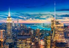 En storartad flyg- panoramautsikt av Manhattan med solnedgång arkivfoton
