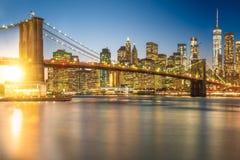 En storartad sikt av de lägre Manhattan och Brooklyn browina royaltyfria bilder