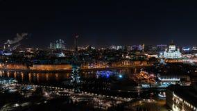 En storartad sikt av nattMoskva Arkivfoton