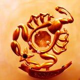 En storartad Skorpion av guld- färg som kommer med bra lycka och välstånd! arkivbild