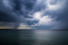 En storm i havet framme av staden Royaltyfri Fotografi