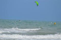 En stormig dag för draken som surfar loppet Royaltyfri Bild