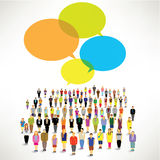En stort grupp människorhopsamling och samtal tillsammans Arkivbild