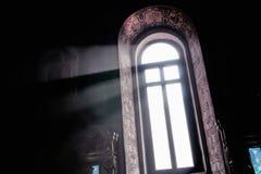 En stråle av ljus till och med fönstret i kyrkan Royaltyfri Fotografi