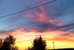 En stråle av solen på solnedgången till och med moln Arkivbild