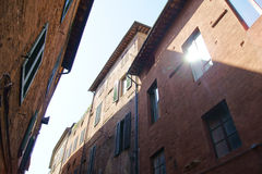 En stråle av solljus reflekterade från fönstren Royaltyfri Fotografi