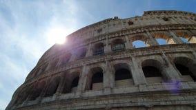En stråle av solpasserande till och med bågarna av Colosseumen i Rome, Italien arkivfilmer