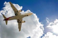 En strålpassagerarenivå i en blå himmel royaltyfri foto