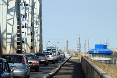 En ström av bilar på den gammala bron i Astrakhan Royaltyfri Bild