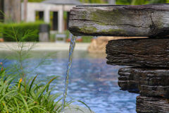 En ström av vatten som flödar in i en simbassäng Arkivfoton