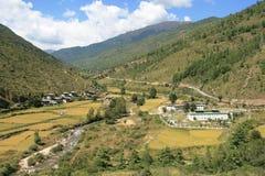En ström kör in i bygden mellan Paro och Thimphu (Bhutan) Royaltyfri Bild