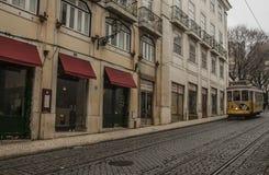 En straat en een tram, Lissabon, Portugal Stock Fotografie