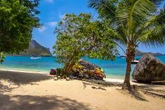 En strand av Angthong Marine National Park Royaltyfria Bilder