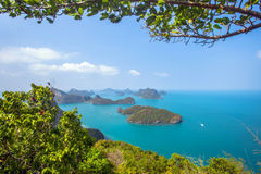 En strand av Angthong Marine National Park Beskåda Arkivfoto