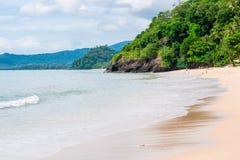 en strand med långa vågor av havet som rullar på kusten Royaltyfri Foto